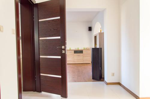Drewniane otwarte drzwi do azienki